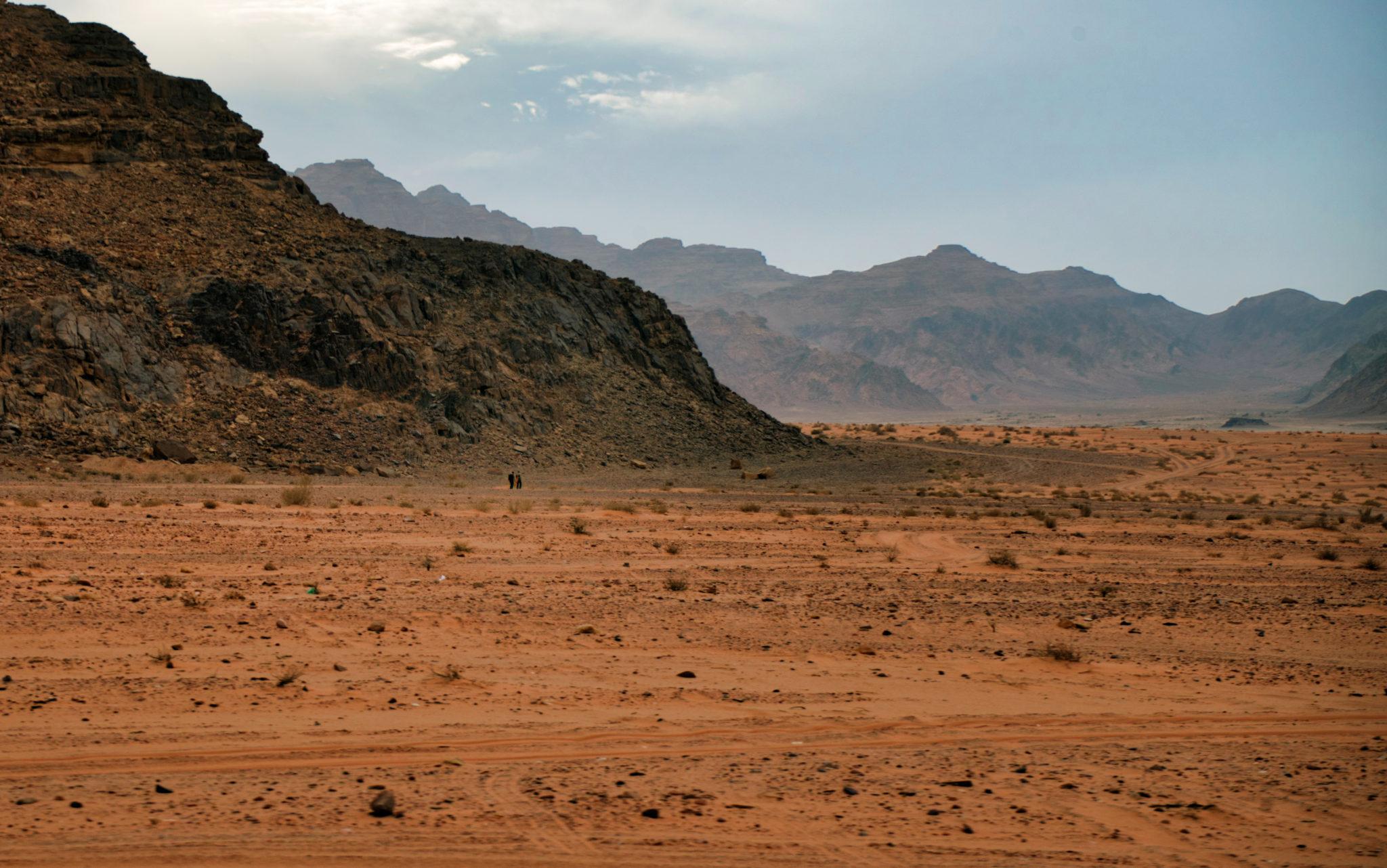 Due persone camminano nel deserto
