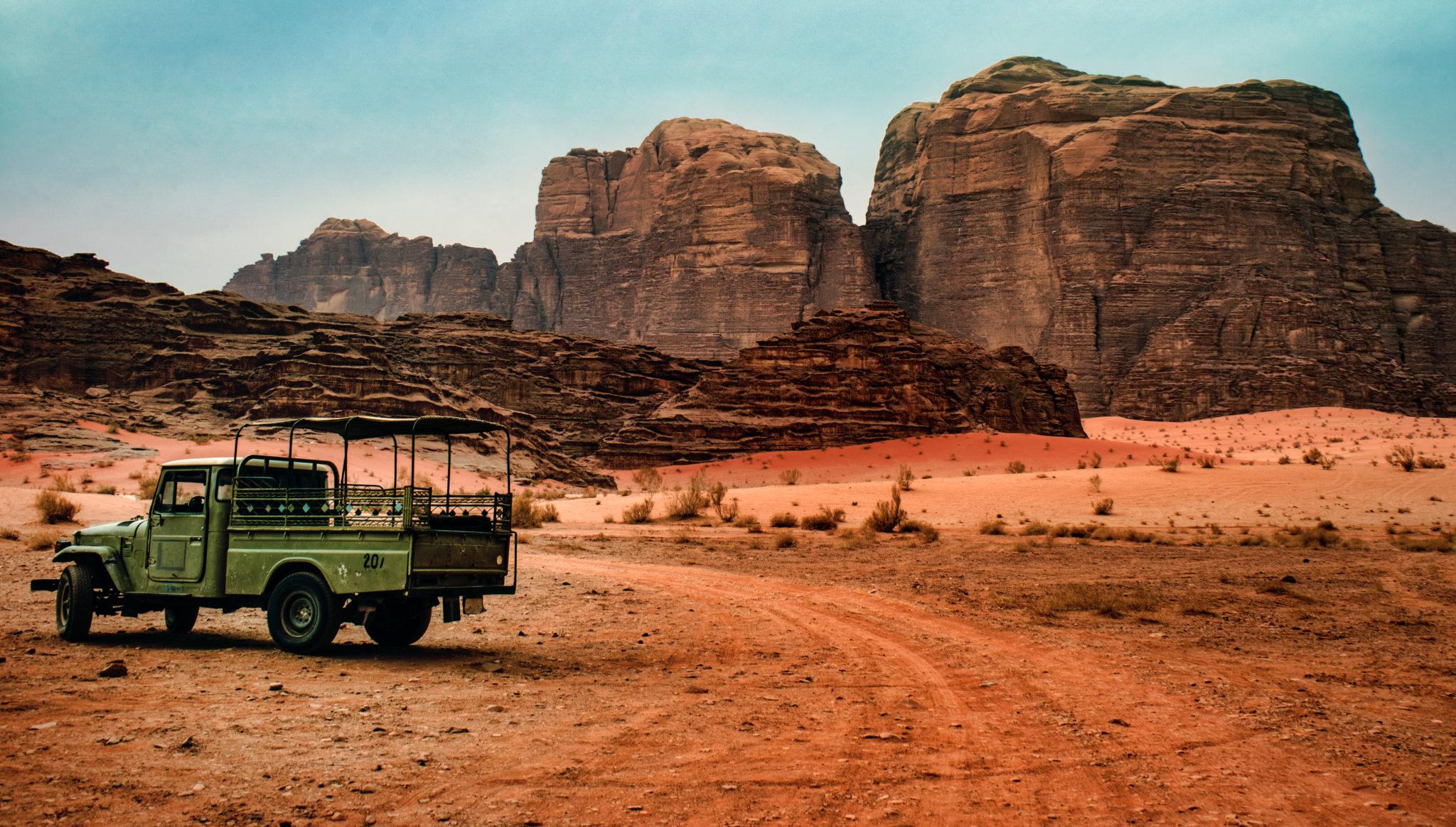 Un vecchio camion nel deserto del Wadi Rum