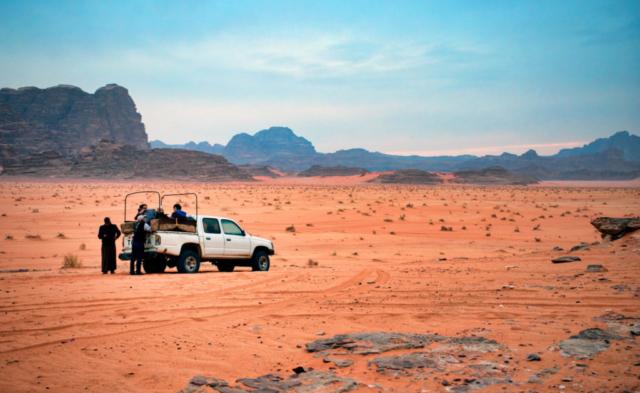 Una jeep nel deserto sconfinato