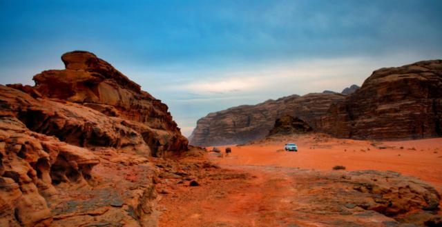 Una jeep nel deserto del Wadi Rum