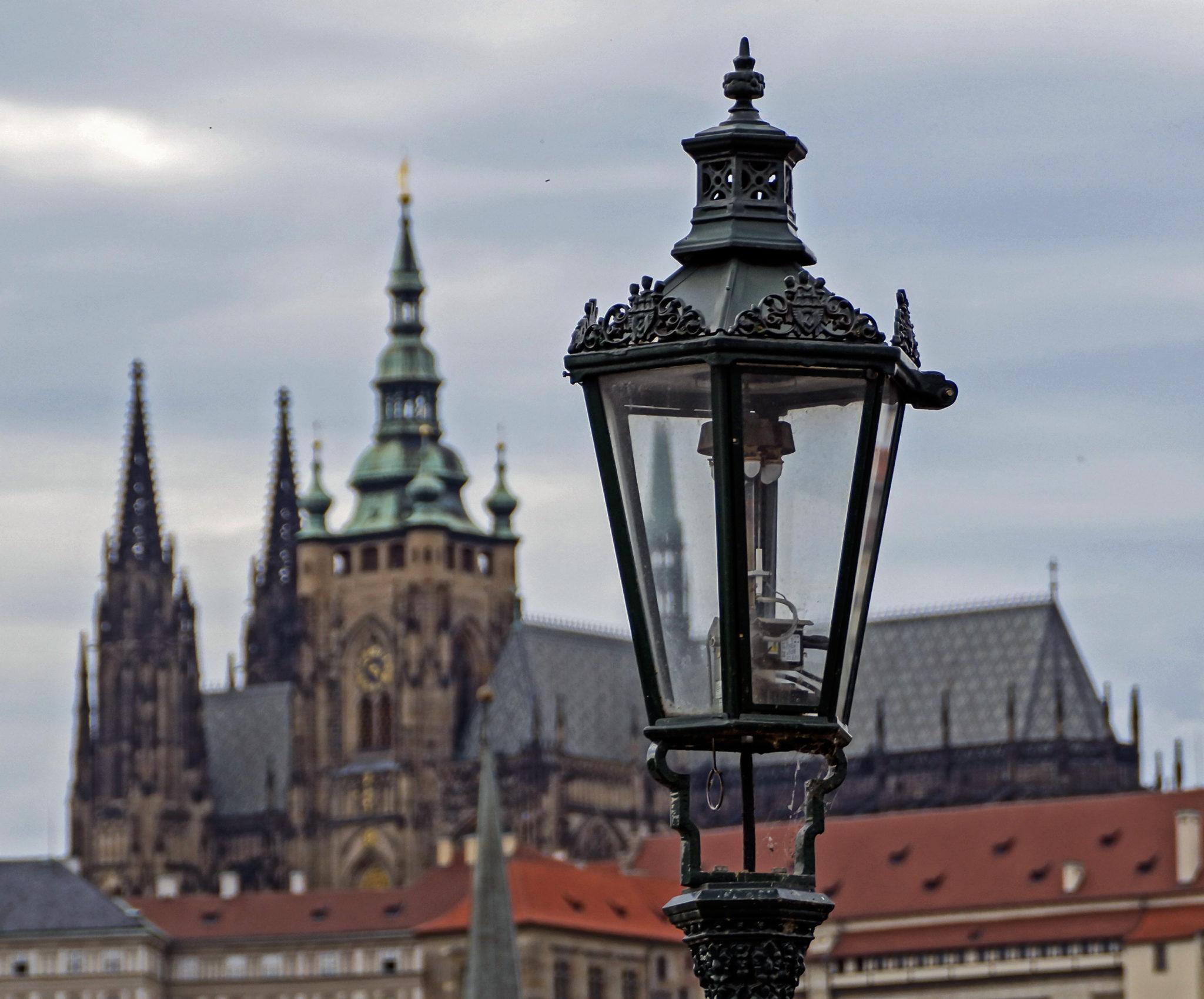 Un lampione e il Castello di Praga