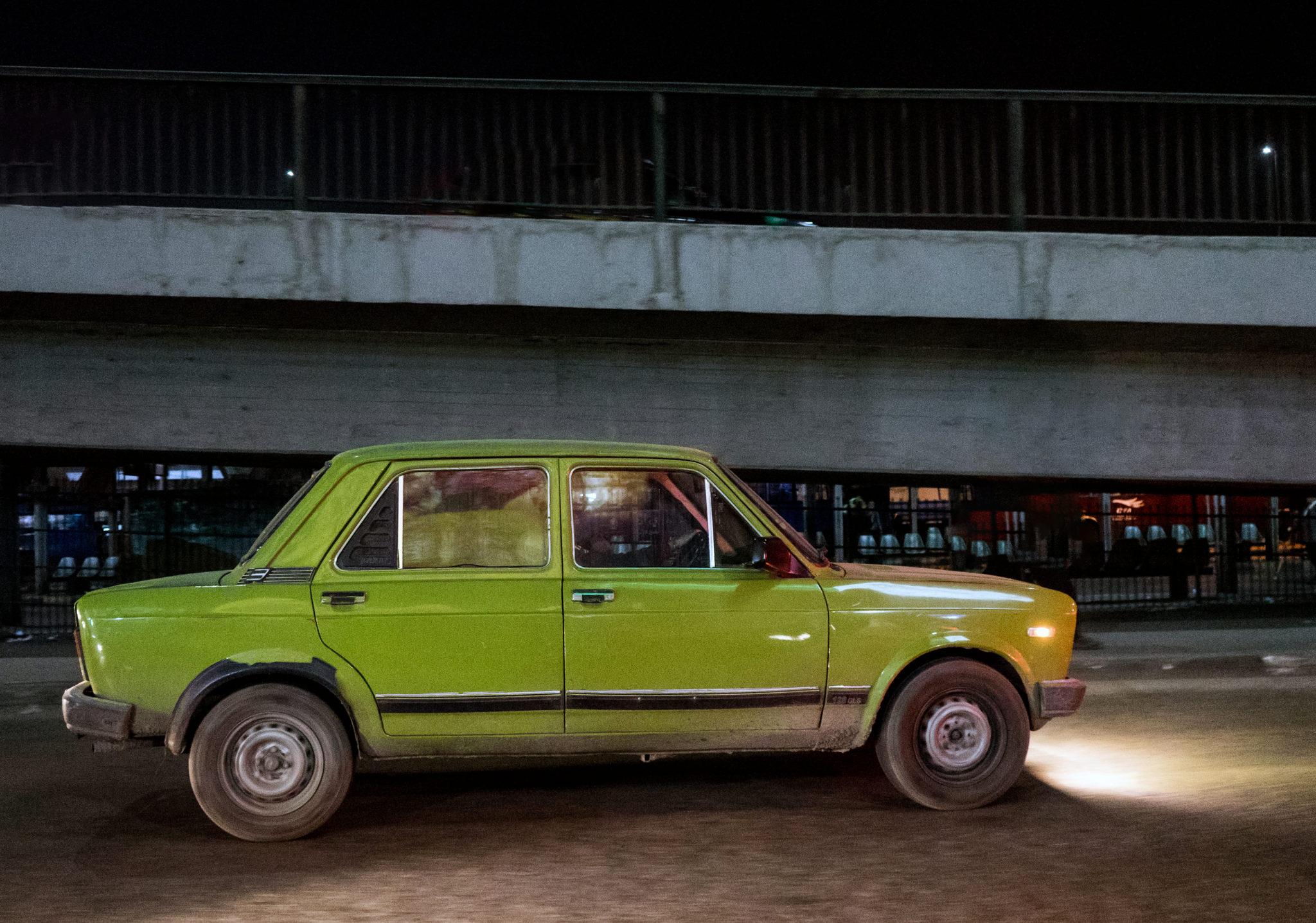 Una macchina in fuga nel traffico del Cairo