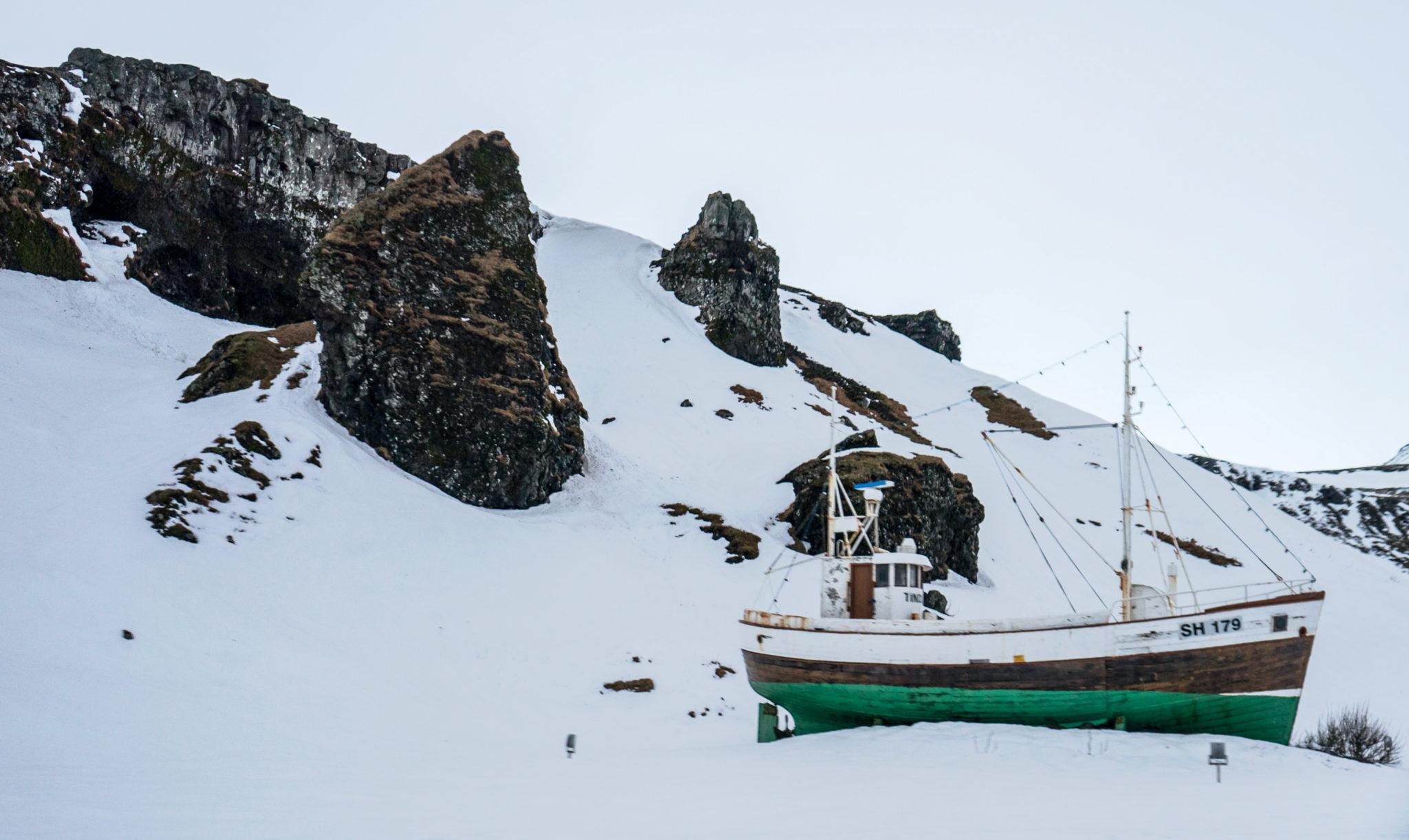 Una nave arenata tra i ghiacci
