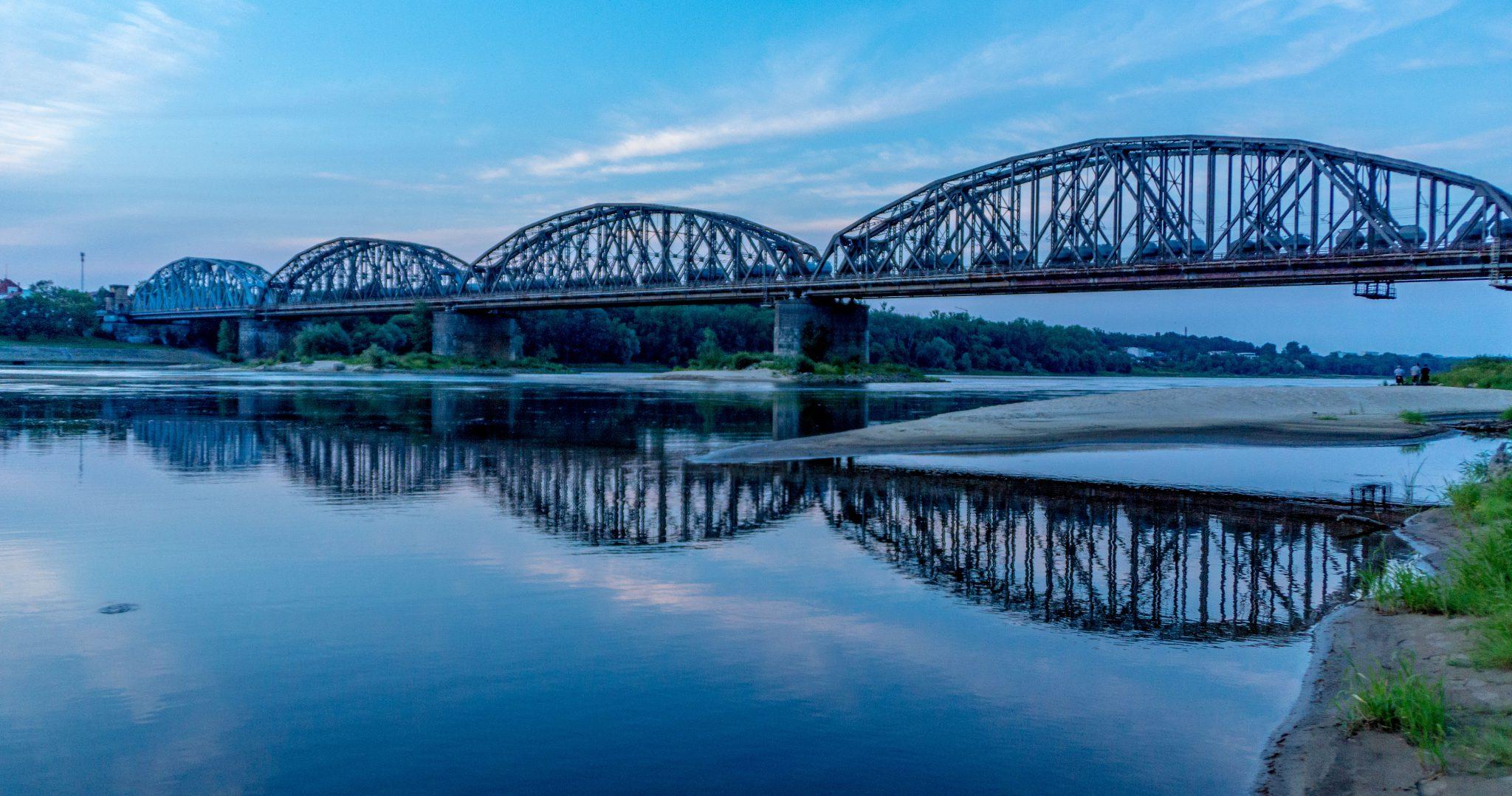 Il ponte della ferrovia dalla riva